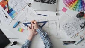 Δημιουργικός σχεδιαστής που εργάζεται σε ένα σχέδιο σπιτιών απόθεμα βίντεο