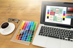 Δημιουργικός σχεδιαστής γραφικός στην εργασία Swatch χρώματος δείγματα, Illustr στοκ εικόνα