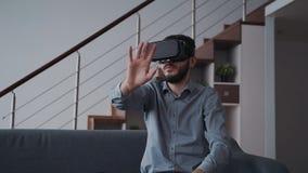 Δημιουργικός τρόπος καινοτομίας στο γραφείο που είναι στο σπίτι απόθεμα βίντεο