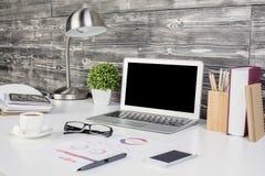 Δημιουργικός υπολογιστής γραφείου γραφείων με το κενό lap-top στοκ εικόνες