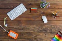 Δημιουργικός χώρος εργασίας στο φυσικό ξύλινο γραφείο με τους δείκτες χρώματος Στοκ φωτογραφία με δικαίωμα ελεύθερης χρήσης
