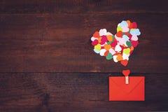 Δημιουργικότητα ημέρας βαλεντίνων, δώρο τεχνών DIY, ιδέες καρτών Πολλές πολύχρωμες καρδιές εγγράφου με τον κόκκινο φάκελο εγγράφο στοκ φωτογραφία με δικαίωμα ελεύθερης χρήσης