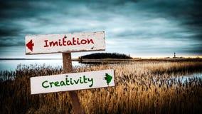 Δημιουργικότητα σημαδιών οδών εναντίον της μίμησης στοκ φωτογραφίες
