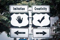 Δημιουργικότητα σημαδιών οδών εναντίον της μίμησης στοκ εικόνα με δικαίωμα ελεύθερης χρήσης