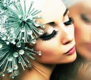 Δημιουργικότητα. Ύφος μόδας. Γυναίκα με τα μεταλλικά καρφιά στοκ εικόνα