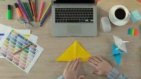Δημιουργικό άτομο που διπλώνει το origami στο χώρο εργασίας, την περισυλλογή και την έμπνευση, handcraft απόθεμα βίντεο