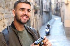 Δημιουργικό άτομο που εξετάζει έναν πιθανό πυροβολισμό με το διάστημα αντιγράφων Στοκ Φωτογραφίες