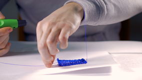 Δημιουργικό άτομο που χρησιμοποιεί την τρισδιάστατη μάνδρα που τυπώνει την τρισδιάστατη μορφή απόθεμα βίντεο