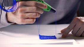 Δημιουργικό άτομο που χρησιμοποιεί την τρισδιάστατη μάνδρα που τυπώνει την τρισδιάστατη μορφή φιλμ μικρού μήκους
