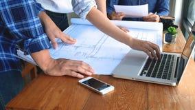 Δημιουργικό ασιατικό 'brainstorming' συνεδρίασης των επιχειρησιακών ομάδων ξεκινήματος τη νέα διαφορετική ομάδα ιδεών που συμμετέ απόθεμα βίντεο