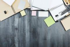 Δημιουργικό γραφείο γραφείων με τις προμήθειες Στοκ Φωτογραφία