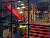 Δημιουργικό επίδειξη-παράθυρο ενός μπαρ σε Lviv Στοκ Εικόνες