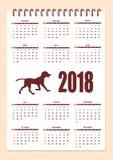 Δημιουργικό ημερολόγιο με τη συρμένη σκιαγραφία σκυλιών για το έτος 2018 τοίχων Στοκ Εικόνες