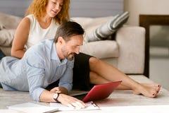 Δημιουργικό ηλικίας ζεύγος που εργάζεται μαζί στο σπίτι Στοκ Εικόνες