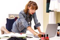 Δημιουργικό διάστημα μόδας Μόδα blogger στην εργασία Γενικά έξοδα των προϊόντων πρώτης ανάγκης για το σύγχρονο πρόσωπο Στοκ Φωτογραφίες