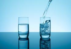 Δημιουργικό καταβρέχοντας νερό στο γυαλί Στοκ Εικόνες