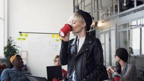 Δημιουργικό καυκάσιο καφές ή τσάι κατανάλωσης επιχειρηματιών ενώ η ομάδα πολυ-εθνικών επιχειρηματιών της συζητά σημαντικό απόθεμα βίντεο