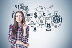 Δημιουργικό κορίτσι με έναν αντίχειρα επάνω, επιχειρησιακό σχέδιο Στοκ Φωτογραφία