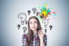 Δημιουργικό κορίτσι με έναν αντίχειρα επάνω, ερωτήσεις, ιδέα Στοκ φωτογραφία με δικαίωμα ελεύθερης χρήσης