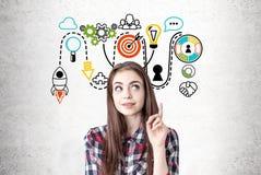 Δημιουργικό κορίτσι με έναν αντίχειρα επάνω, σχέδιο ξεκινήματος Στοκ Εικόνα