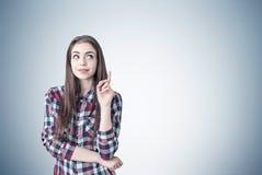 Δημιουργικό κορίτσι με έναν αντίχειρα επάνω Στοκ εικόνες με δικαίωμα ελεύθερης χρήσης