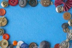Δημιουργικό μπλε υπόβαθρο με τα ζωηρόχρωμα σύνορα κουμπιών Αναδρομικό πλαίσιο κουμπιών πέρα από το διάστημα αντιγράφων προτύπων Στοκ Φωτογραφίες