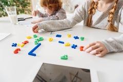 Δημιουργικό νέο κορίτσι που μελετά με τη χρησιμοποίηση των παιχνιδιών Στοκ φωτογραφία με δικαίωμα ελεύθερης χρήσης