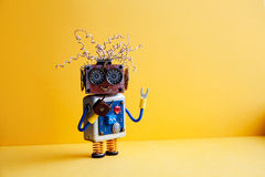 Δημιουργικό παιχνίδι ρομπότ σχεδίου τρελλό, ηλεκτρικά καλώδια hairstyle, μεγάλα γυαλιά ματιών, ηλεκτρονικό μπλε ασημένιο σώμα κυκ Στοκ φωτογραφία με δικαίωμα ελεύθερης χρήσης