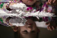 Δημιουργικό παιχνίδι μικρών παιδιών με τον άσπρο αφρό Στοκ Φωτογραφία