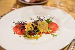 Δημιουργικό πιάτο της σαλάτας Carpaccio βόειου κρέατος Στοκ φωτογραφία με δικαίωμα ελεύθερης χρήσης