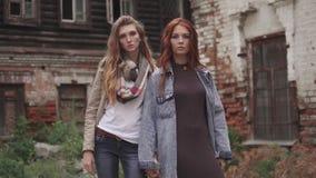 Δημιουργικό πορτρέτο κινηματογραφήσεων σε πρώτο πλάνο δύο φίλων στο υπόβαθρο των κτηρίων σύγχρονος πολιτισμός νεολαίας απόθεμα βίντεο