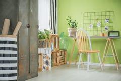 Δημιουργικό πράσινο δωμάτιο με το γραφείο Στοκ Φωτογραφία