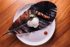 Δημιουργικό πρόστιμο που δειπνεί: Το κάλυμμα ψαριών με το μαγειρικό αφρό εξυπηρετεί με το μπιζέλι και η ψημένη στη σχάρα ρίζα με  Στοκ φωτογραφίες με δικαίωμα ελεύθερης χρήσης