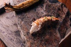 Δημιουργικό πρόστιμο που δειπνεί: Ψημένος στη σχάρα αστακός και ψημένο καλαμπόκι που εξυπηρετούνται στο φυσικό πιάτο μορφής πετρώ Στοκ Εικόνες