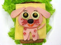 Δημιουργικό σάντουιτς τροφίμων με το λουκάνικο και τυρί που εξυπηρετείται στο μαρούλι Στοκ φωτογραφία με δικαίωμα ελεύθερης χρήσης
