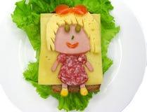 Δημιουργικό σάντουιτς τροφίμων με το λουκάνικο και τυρί που εξυπηρετείται στο μαρούλι Στοκ εικόνα με δικαίωμα ελεύθερης χρήσης