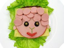 Δημιουργικό σάντουιτς τροφίμων με το λουκάνικο και τυρί που εξυπηρετείται στο μαρούλι Στοκ φωτογραφίες με δικαίωμα ελεύθερης χρήσης