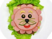 Δημιουργικό σάντουιτς τροφίμων με το λουκάνικο και τυρί που εξυπηρετείται στο μαρούλι Στοκ Φωτογραφίες