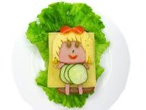 Δημιουργικό σάντουιτς τροφίμων με το λουκάνικο και τυρί που εξυπηρετείται στο μαρούλι Στοκ Φωτογραφία
