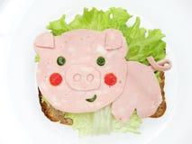 Δημιουργικό σάντουιτς τροφίμων με το λουκάνικο Στοκ εικόνες με δικαίωμα ελεύθερης χρήσης