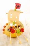 Δημιουργικό σκάφος Βίκινγκ τροφίμων για ένα κόμμα παιδιών Στοκ Εικόνες
