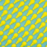 Δημιουργικό σχέδιο ιδέας φιαγμένο από κίτρινη κρητιδογραφία λαμπών φωτός στο πράσινο υπόβαθρο τοπ άποψη, ελάχιστη ιδέα έννοιας Στοκ φωτογραφίες με δικαίωμα ελεύθερης χρήσης