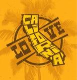 Δημιουργικό σχέδιο τυπωμένων υλών μπλουζών Καλιφόρνιας αγάπης στο υπόβαθρο φοινίκων Στοκ φωτογραφία με δικαίωμα ελεύθερης χρήσης