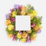 Δημιουργικό σχεδιάγραμμα με τα ζωηρόχρωμα λουλούδια, τα φύλλα και τη διαστημική σημείωση καρτών αντιγράφων Επίπεδος βάλτε Στοκ φωτογραφία με δικαίωμα ελεύθερης χρήσης