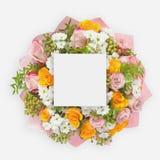 Δημιουργικό σχεδιάγραμμα με τα ζωηρόχρωμα λουλούδια, τα φύλλα και τη διαστημική σημείωση καρτών αντιγράφων Επίπεδος βάλτε Στοκ εικόνες με δικαίωμα ελεύθερης χρήσης