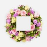 Δημιουργικό σχεδιάγραμμα με τα ζωηρόχρωμα λουλούδια, τα φύλλα και τη διαστημική σημείωση καρτών αντιγράφων Επίπεδος βάλτε Στοκ Εικόνα