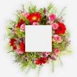 Δημιουργικό σχεδιάγραμμα φιαγμένο από λουλούδια και φύλλα με τη σημείωση καρτών εγγράφου Επίπεδος βάλτε Στοκ φωτογραφία με δικαίωμα ελεύθερης χρήσης