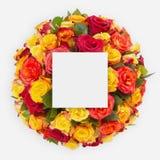 Δημιουργικό σχεδιάγραμμα φιαγμένο από λουλούδια και φύλλα με τη σημείωση καρτών εγγράφου Επίπεδος βάλτε Στοκ Φωτογραφία