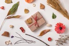Δημιουργικό σύνολο φθινοπώρου με το δώρο τεχνών Στοκ φωτογραφία με δικαίωμα ελεύθερης χρήσης