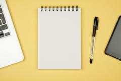 Δημιουργικό σύνολο προτύπων σχεδίου γραφείου χώρου εργασίας με το σημειωματάριο Στοκ Εικόνες